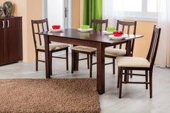 Tavola e sedie dinning di legno semplici nell'interno - ambi dello studio Immagini Stock