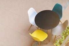 Tavola e sedie moderne Fotografie Stock Libere da Diritti