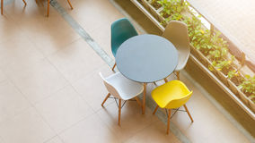 Tavola e sedie moderne Fotografia Stock Libera da Diritti