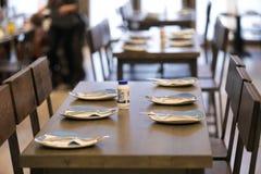 Tavola e sedili vuoti in ristorante immagini stock libere da diritti