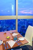 Tavola e vista di cena da alta costruzione Immagine Stock