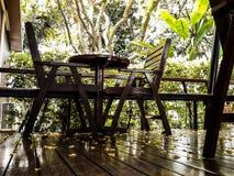 Tavola ed insieme di legno della sedia, comodità del sedile, bella annata immagine stock libera da diritti