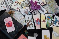 Tavola esoterica con la ruota astrologica, pendolo magico, tarots, Immagine Stock