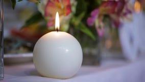 Tavola festiva accesa candela rotonda Punteggio dalle candele stock footage