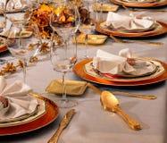 Tavola festiva a casa pronta con le decorazioni fotografie stock