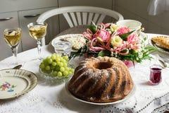 Tavola festiva d'annata con il dolce di marmo fotografie stock