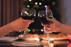 Tavola festiva e due bicchieri di vino a disposizione fotografia stock