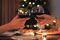 Tavola festiva e due bicchieri di vino a disposizione immagine stock