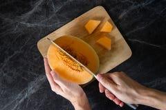 Tavola fresca e deliziosa del marmo del cantalupo fotografia stock libera da diritti