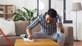Tavola indiana di pulizia dell'uomo con il detersivo a casa video d archivio