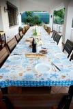 Tavola lunga della cena della famiglia di alimento molte sedie immagini stock libere da diritti