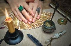 Tavola magica dello scrittorio Schede di Tarot Lettura futura Concetto dell'indovino Fotografie Stock