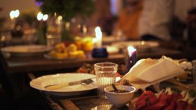 Tavola meravigliosamente posta con una conchiglia e le candele stock footage