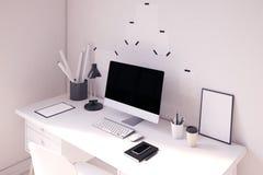 Tavola piacevole del computer con il manifesto su  Fotografia Stock