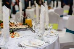 Tavola posta festiva nel ristorante con i vetri ed i piatti Fotografia Stock