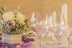 Tavola premio di galà della cena con i tovaglioli ed i fiori di vetro Immagini Stock Libere da Diritti