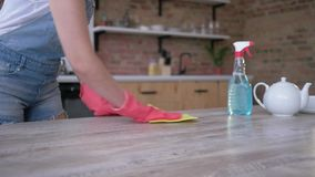 Tavola professionale di pulizia della domestica con attenzione per di fine d'anno pulito stagionale a casa in cucina video d archivio