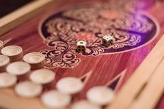Tavola reale con i dadi per il gioco in un casinò con fondo vago Fotografia Stock Libera da Diritti