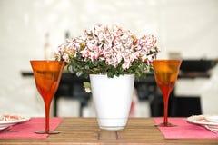 Tavola romantica con il vaso e due vetri Fotografie Stock