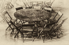 Tavola rotonda e nove sedie Immagini Stock