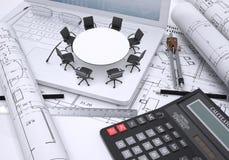 Tavola rotonda miniatura con le sedie disposte sul computer portatile Fotografie Stock Libere da Diritti