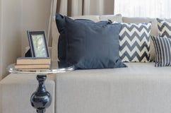 Tavola rotonda nera nello stile classico con i cuscini ed il sofà Immagine Stock