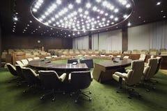 Tavola rotonda in sala. Fotografia Stock Libera da Diritti