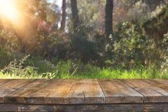 Tavola rustica vuota davanti al fondo della campagna esposizione del prodotto e concetto di picnic Immagini Stock