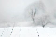 Tavola rustica vuota in un paesaggio di inverno Fotografie Stock