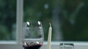 tavola specialmente decorata per la cena romantica stock footage