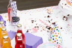 Tavola sporca con i residui dopo la festa di compleanno fotografia stock libera da diritti
