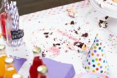 Tavola sporca dopo la festa di compleanno fotografia stock