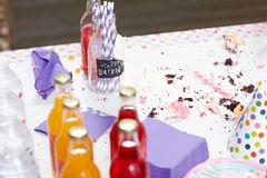 Tavola sporca dopo una celebrazione di compleanno immagini stock