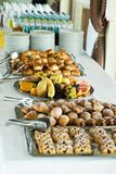 Tavola sui dolci di seminario, frutta, bevande della pausa caffè fotografia stock