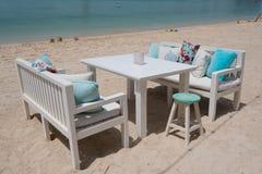 Tavola sulla spiaggia e sedie per il caffè di mattina Fotografia Stock