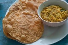 Tavola variopinta con alimento indiano per il pane di Papadum della prima colazione ed il vegetariano dal fatti dalle lenticchie  Fotografie Stock Libere da Diritti