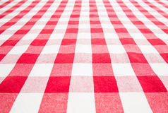 Tavola vuota coperta dalla tovaglia rossa del percalle Immagine Stock