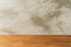 Tavola vuota del bordo di legno davanti a fondo concreto Fotografia Stock Libera da Diritti