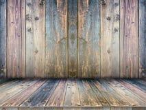 Tavola vuota del bordo di legno davanti a fondo vago fotografia stock