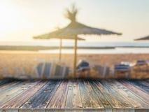 Tavola vuota del bordo di legno davanti a fondo vago Pu? essere usato per esposizione o il montaggio i vostri prodotti spiaggia s immagini stock