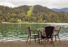 Tavola vuota del caffe dal lago Fotografia Stock Libera da Diritti