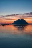 Tavolara-Insel bei Sonnenuntergang Stockfotos