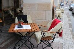 Tavole accoglienti sul terrazzo all'aperto nel caffè fotografia stock