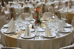Tavole del ristorante messe per l'evento di affari fotografie stock