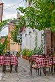 Tavole del ristorante sul terrazzo della via Immagine Stock