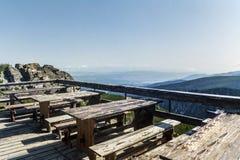 Tavole di legno con i banchi nell'alta montagna Immagine Stock Libera da Diritti