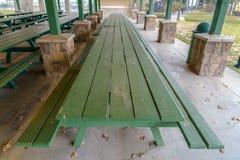 Tavole e banchi di legno lunghi dentro un padiglione fotografie stock libere da diritti