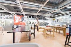 Tavole e sedie d'acquisto della donna per la nuova casa Immagini Stock Libere da Diritti