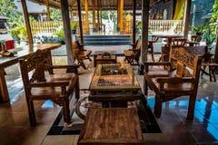 tavole e sedie di legno del tek immagine stock