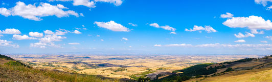 Tavoliere delle Puglie wizerunku panoramiczna równina w Apulia, Foggia - fotografia stock
